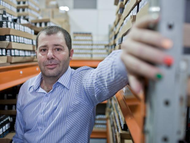 Empresário pinta as próprias unhas para ver como vai ficar o tom do esmalte (Foto: Daigo Oliva/G1)