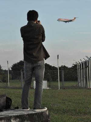Aidan Formigoni pratica Plane Spotting em final de tarde em Cumbica (Foto: Fabiano Correia/ G1)