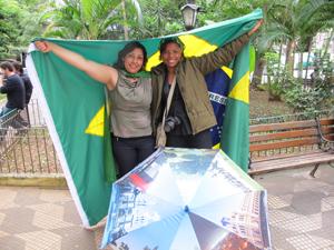 Manifestantes na praça Vilaboim (Foto: Roseane Aguirra/G1)