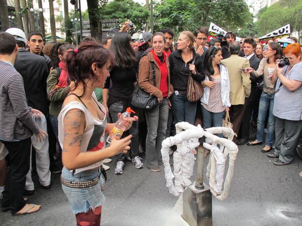 Catraca é queimada em frente ao shopping Higienópolis (Foto: Roseane Aguirra/G1)