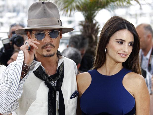 Os atores Johnny Depp e Penélope Cruz lançam 'Piratas do Caribe - Navegando em águas misteriosas' em Cannes, na manhã deste sábado (14). (Foto: AP)