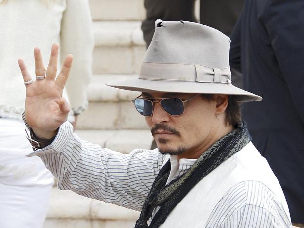O ator Johnny Depp promove 'Piratas do Caribe - Navegando em águas misteriosas' em em Cannes. O ator passou pelo tapete vermelho do festival na manhã deste sábado (14). O longa, quarto episódio da saga da Disney, conta ainda com a atriz Penelope Cruz no elenco. (Foto: Reuters)