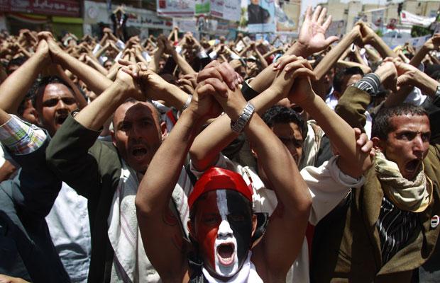 Manifestantes antigoverno gritam frases contra o presidente iemenita, em protesto em Sanaa (Foto: Khaled Abdullah/Reuters)