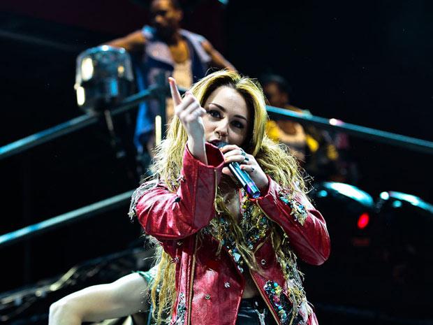 A cantora e atriz Miley Cyrus durante apresentação na HSBC Arena, no Rio, na noite de sexta-feira (13). Turnê ainda passa pela capital paulista no sábado (14) (Foto: Lucíola Villela/G1)