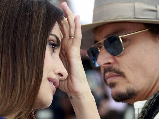 Os atores Johnny Depp e Penélope Cruz lançam 'Piratas do Caribe - Navegando em águas misteriosas' em Cannes, na manhã deste sábado (14). (Foto: Reuters)