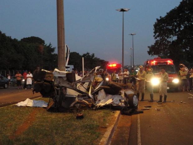 Rapaz de 24 anos morre ao bater carro em poste em Campo Grande (Foto: Francisco Gomes/TV Morena)
