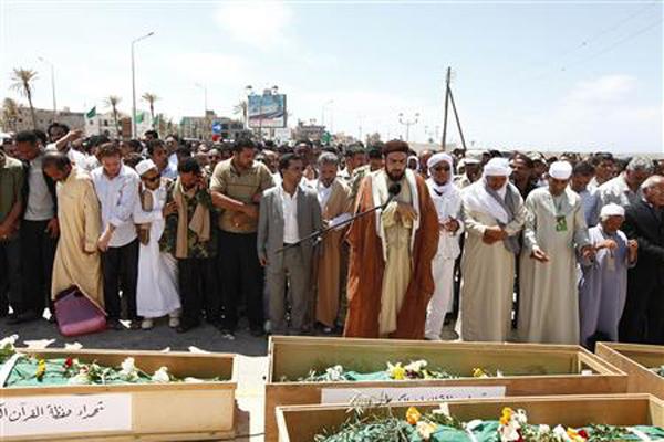 Líbios participam do funeral de nove clérigos em Trípoli (Foto: Louafi Larbi/Reuters)