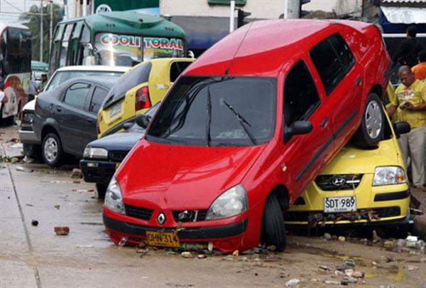 Enchente arrasta carros e ônibus em Barranquilla (Foto: AFP )