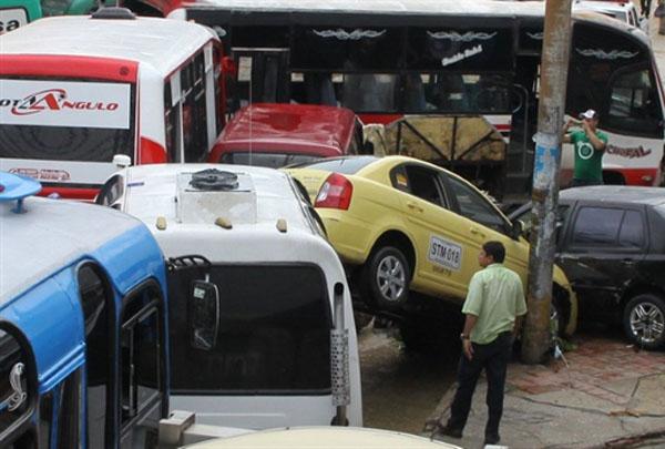 Enchente arrasta carros e ônibus em Barranquilla (Foto: AFP)