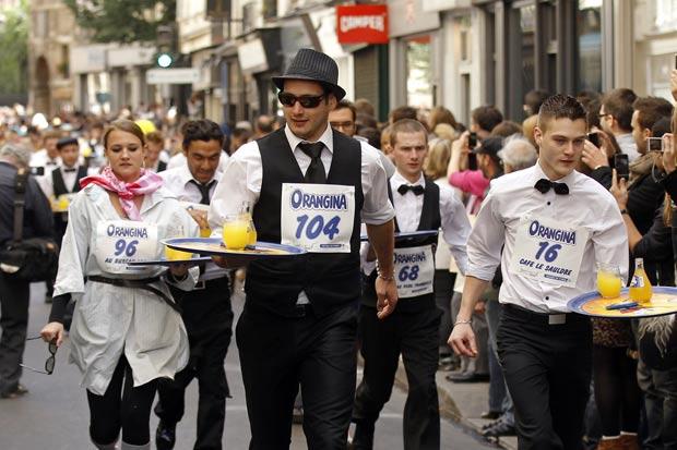 Garçons disputam corrida em Paris. (Foto: Benoit Tessier/Reuters)