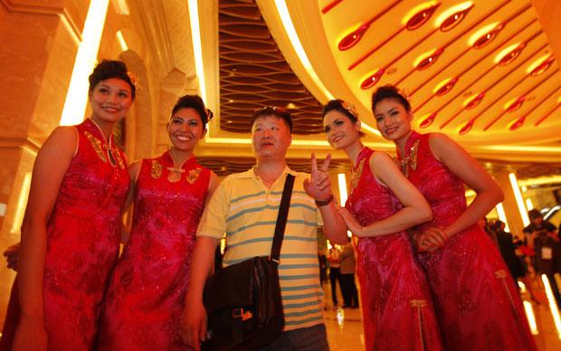 Visitantes ficaram impressionados com o luxo do cassino (Foto: AP)