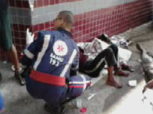 Moradores de rua receberam primeiro atendimendo em praça na Ragião da Pampulha. (Foto: Cinegrafista amador/Reprodução TV Globo)