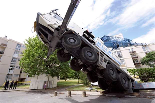 Guindaste caiu sobre um prédio de apartamentos de quatro andares. (Foto: Philippe Desmazes/AFP)