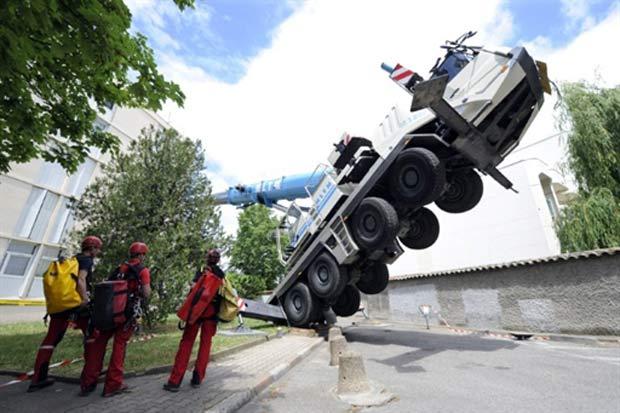 Acidente aconteceu nesta segunda-feira (16) em Lyon, na França. (Foto: Philippe Desmazes/AFP)