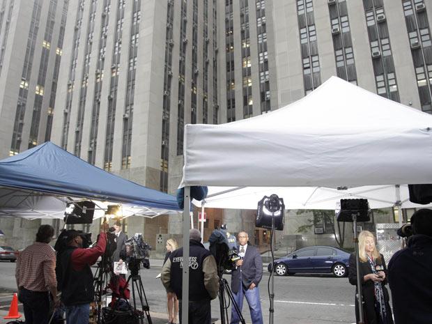 Jornalistas diante do prédio do tribunal ao qual Dominique Strauss-Kahn compareceu nesta segunda-feira (16) em Nova York (Foto: AP)