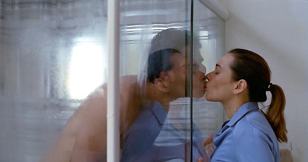 Negrini vive Violeta, uma dentista de Copacabana que leva uma vida aparentemente bem-sucedida até que o marido sai de viagem e deixa um recado em seu celular dizendo que não voltará mais (Foto: Divulgação)