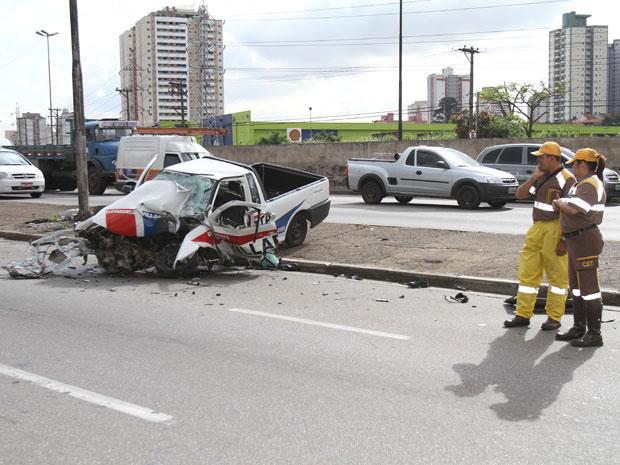 Um carro bateu em um poste na madrugada desta segunda-feira (16) no sentido Vila Prudente da Avenida Salim Farah Maluf, perto da Rua Herval, na Zona Leste de São Paulo, de acordo com a Companhia de Engenharia de Tráfego (CET). Duas equipes dos bombeiros socorreram um ferido no acidente para o Hospital do Tatuapé. Segundo a corporação, ele morreu no hospital. A faixa da esquerda da avenida chegou a ficar bloqueada após a colisão, ocorrida por volta das 4h  (Foto: Luiz Guarnieri/AE)