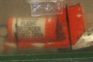 Foto de 12 de maio mostra uma das caixas-pretas do voo 447 (Foto: AP)
