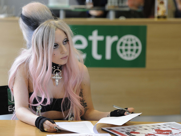 A cantora Lady Gaga atua como jornalista do jornal inglês 'Metro', na redação da publicação, nesta segunda-feira (16) (Foto: Reuters)