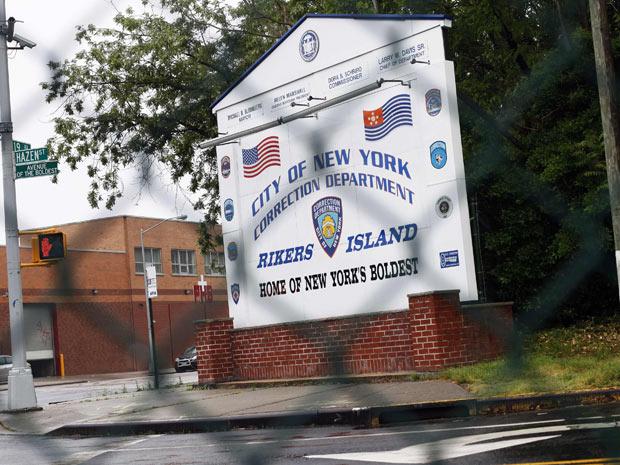 Entrada da prisão de Rikers Island vista nesta segunda-feira (16) (Foto: AP)