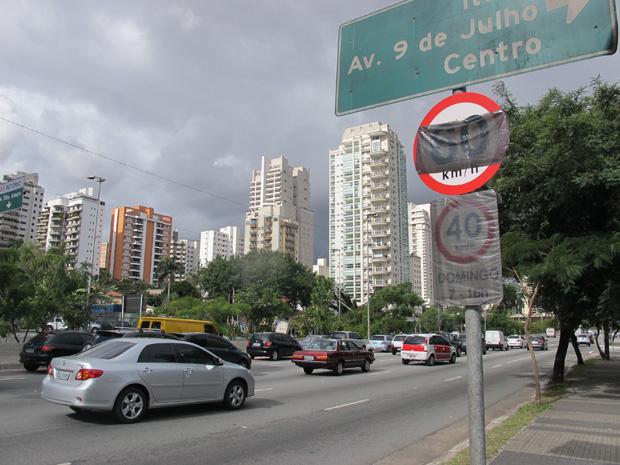 Placa coberta na Avenida Roberto Marinho (Foto: Clara Velasco/G1)