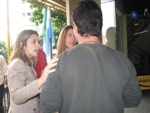Delegada conversa com sobrinho da vítima (Foto: Thamine Leta/ G1)