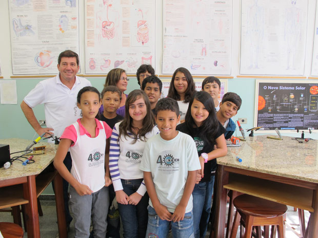 O grupo de alunos com os professores na escola municipal em Ubatuba. (Foto: Mário Barra / G1)