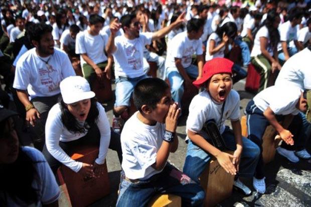 Atual recorde de 1.050 músicos foi estabelecido em 2009. (Foto: Ernesto Benavides/AFP)