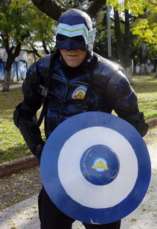 O 'super-herói' argentino Menganno posa nesta terça-feira (17) em Lanús, Buenos Aires. (Foto: AFP)