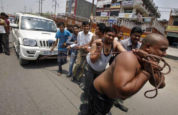 Grupo puxou veículo com cordas para protestar na Índia. (Foto: Parivartan Sharma/Reuters)