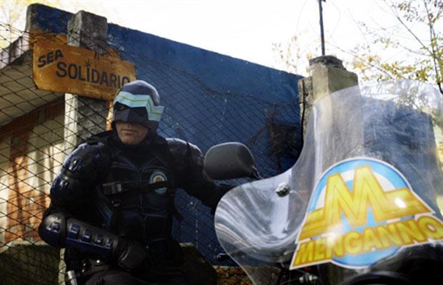 Com um escudo e um visual parecidos com o do Capitão América, Menganno vem patrulhando de moto as ruas da vizinhança há um ano e dando conselhos de cidadania. Ele tem 41 anos, não revela sua identidade e tem até site e comunidade no Facebook. (Foto: AFP)