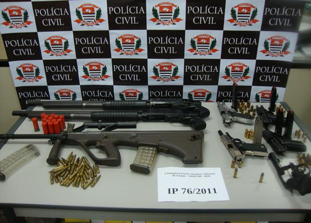 Armas estavam dentro de baú de caminhão no fundo de uma oficina mecânica (Foto: Divulgação/ Deic)