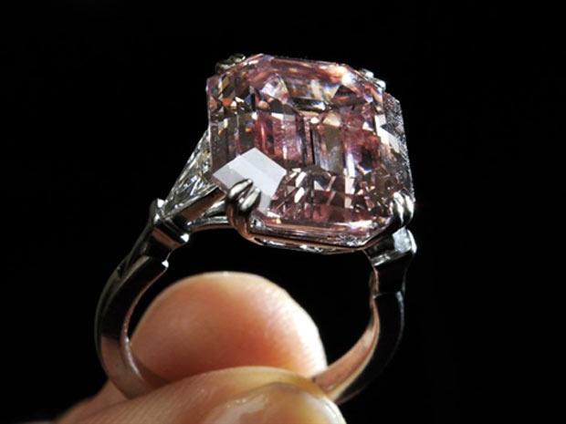 Raríssimo diamante rosa - de extrema pureza que não era vista no mercado há 30 anos - foi a leilão na Sotheby's nesta terça (17) (Foto: AFP)