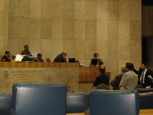 O presidente da Câmara de SP, Police Neto analisa regimento durante discussão sobre tramitação do projeto com Aurélio Miguel  (à dir) (Foto: Roney Domingos/ G1 )