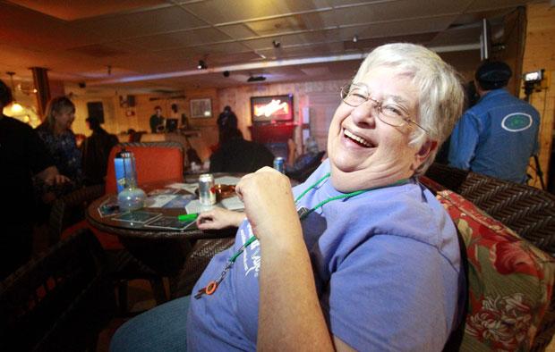 Cher Nuttall, de 65 anos, ri durante a noite de karaoke no Café Cannabis, em 5 de maio (Foto: AP)