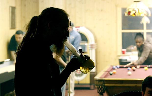 """Homem é visto no restaurante em Portland usando um """"bong"""", espécie de narguilé utilizado para fumar maconha (Foto: AP)"""