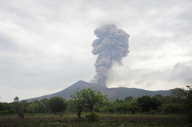 O vulcão Telica, que fica em La Quimera, na Nicarágua, entrou em erupção nesta quarta-feira. Fotógrafos registraram muita fumaça e cinzas sendo expelidas pelo cume do vulção. (Foto: Reuters)