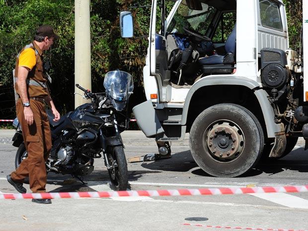 Um policial morreu em um acidente entre um caminhão de lixo e uma moto na manhã desta quarta-feira (18), em São José dos Campos, interior de São Paulo. O policial civil da Delegacia de Investigações sobre Entorpecentes (Dise) pilotava a motocicleta e morr (Foto: Lucas Lacaz Ruiz /AE)