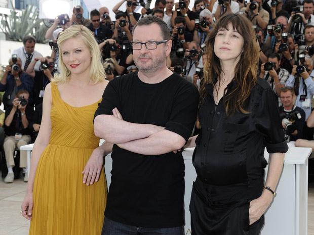 A atriz Kirsten Dunst, o diretor Lars Von Trier e a atriz Charlotte Gainsbourg, em Cannes (Foto: AP Photo/Jonathan Short)