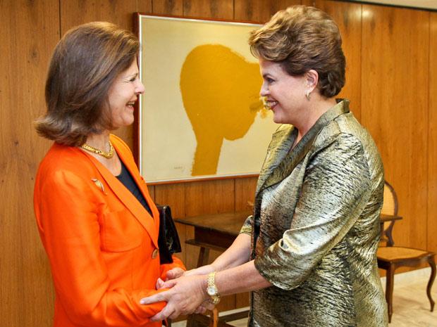 Dilma cumprimenta rainha Silvia, da Suécia (Foto: Roberto Stuckert Filho / Presidência)