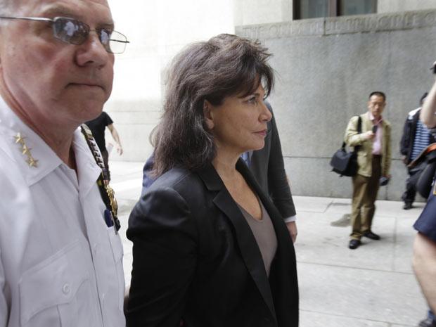 Anne Sinclair, mulher de Dominique Strauss-Kahn, chega ao tribunal nesta quinta-feira (19) em Manhatan para acompanhar audiência (Foto: AP)
