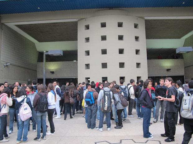 Estudantes se concentram na FEA para realização de passeata (Foto: Juliana Cardilli/G1)