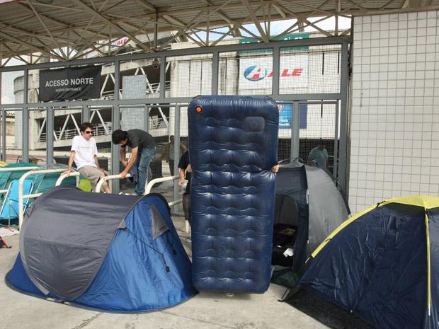 Fãs acampam em frente ao Engenhão (Foto: Marco Antonio Cavalcanti / Ag.O Globo )