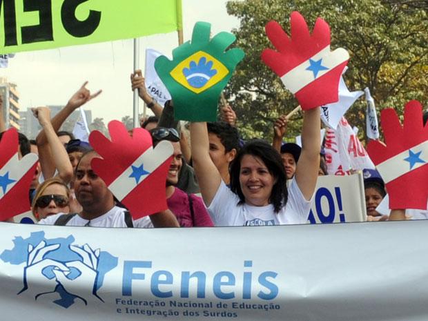 Manifestação em Brasília por educação para portadores de deficiência auditiva (Foto: Wilson Dias/ABr)