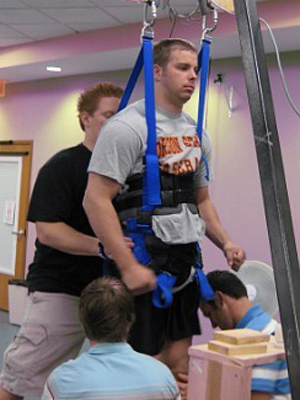 Paciente movimenta as pernas, com ajuda do aparelho (Foto: Rob Summers / Cortesia)
