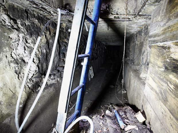 Polícia acha túnel que seria usado por criminosos (Foto: Pablo Jacob / Agência O Globo)
