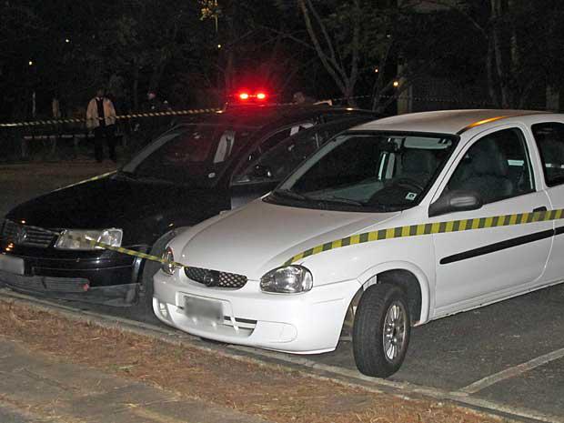 Corpo do estudante foi encontrado entre dois veículos (Foto: Rafael Oliveira/G1)