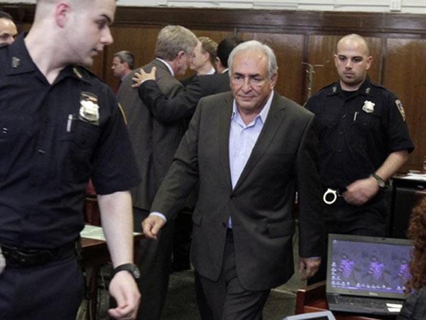Dominique Strauss-Kahn deixa o tribunal em Manhattan nesta quinta-feira (19) (Foto: AP)