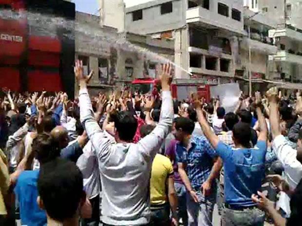 Canhão de água dispersa manifestantes antigoverno em protesto em Banias, em data não confirmada (Foto: AP)
