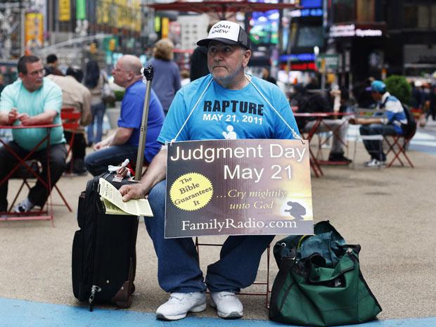 Voluntário da 'Family Radio' anuncia o fim do mundo em Times Square, em Nova York, em 13 de maio (Foto: Reuters)